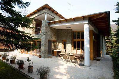 Villa lussuosa di 420 mq circondata da un terreno di 1,750 mq con alberi secolari, ubicata nel II.distretto, in zona Szépilona. L'immobile costruito nel 2002 con materiali di alta qualita', e' composto da otto camere, ha soluzioni d'interni lussuose, accoglienti e, grandi terrazze. E' inoltre dotato di un garage. Al piano sotterraneo troviamo anche una piscina, una sauna e un piccolo centro benessere.  Prezzo: http://www.isaro.it/vendita/IS206