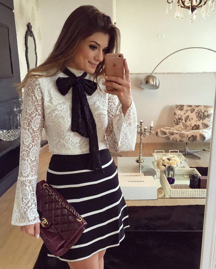 """"""" Look de hoje todo @dressingupp Apaixonada nessa blusa de renda Ela vem com o laço preto e também com o branco para quem preferir ela mais discreta!!!…"""""""