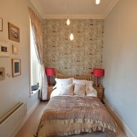 Еще одним отличным вариантом является размещение кровати на подиуме, в котором можно хранить огромное количество вещей. Такой вариант вполне может заменить часть шкафов и тумбочки, освободив тем самым пространство.    7. Свет и простота