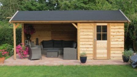 Tuinhuis, berging of schuur met zadeldak, met overkapping, luifel of veranda. Uitgevoerd in duurzaam red cederhout. Op maat voor u geproduce...