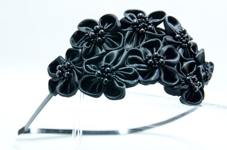 Čelenka Rozalia černá Kovová čelenka o šířce 0,5cm,barva stříbrná. (můžete si zvolit i černou barvu čelenky- napsat do objednávky a poznámek) 6 ručně šitých saténových květinek včerné barvě. Středy květů jsou vyšity rokajlem a perličkami. Velikost květů jsou3 - 4 cm.Celková délka aplikace cc 11-15cm. Pro pohodlnější nošení jsou květy podlepeny filcem. ...