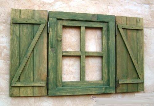 ventana-de-madera-con-postigos-o-contraventanas-verde-manzana-vintage