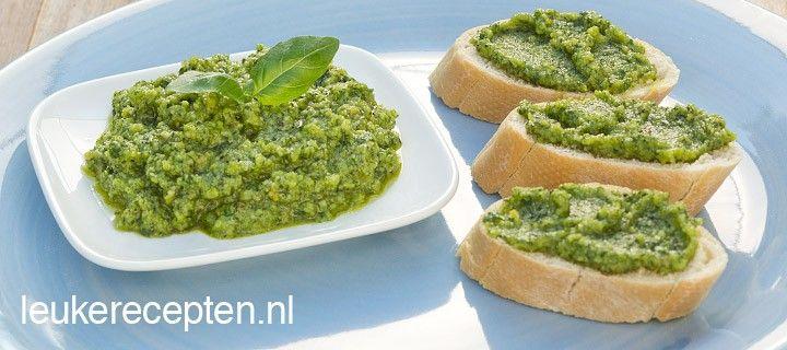 Recept voor zelfgemaakte pesto genovese met basilicum, pijnboompitten en Parmezaanse kaas