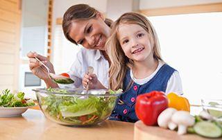 Çocuklara Sebze Yemeklerini Sevdirmenin Yolları  Çocukların beslenme alışkanlıkları, gelişimlerini etkileyen en önemli detaylardan biridir. Anne ve babaların bu dönemde çocuklarına sağlıklı olan yemekleri yedirmek için zorlandıkları çoğu ailede gözlemleniyor.