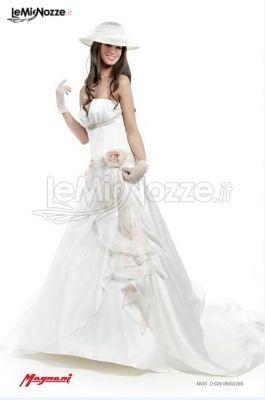 http://www.lemienozze.it/gallerie/foto-abiti-da-sposa/img11369.html Abito da sposa senza spalline e fiori in tessuto applicati sulla gonna