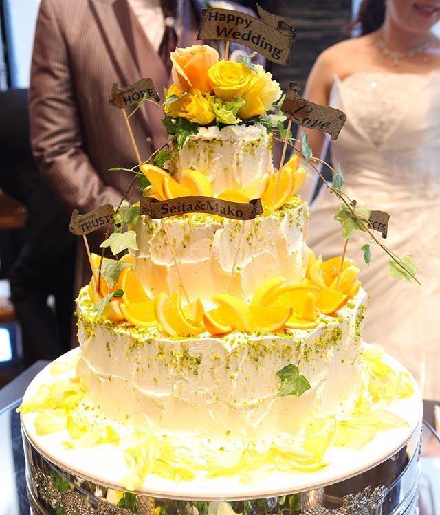 . 初夏をイメージしたウェディングケーキ。 入刀直前に皆さまにお披露目です♡ . #ザロイヤルクラシック福岡  #theroyalclassicfukuoka  #ロイヤルクラシック福岡  #royalclassic #結婚式場 #ウェディング #wedding #happywedding #福岡市 #福岡結婚式 #東区 #千早 #プレ花嫁 #卒花 #卒花嫁 #ウェディングケーキ #weddingcake #オレンジケーキ #orange # #初夏