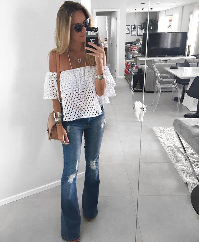 Today!!💙💙 Adoooro looks assim!! Calça jeans + blusa branca!! Não tem erro!! Fica seeeempre bem arrumada!!! Até uma basiquinha tipo Hering arrasa!!!👌🏼👌🏼 A ciganinha deuuuusa é da Esmeral para a @santarainha 😍❤️ {jeans antiguinho da @lojasrenner | bag @chanelofficial | oculos @fendi } 💙 Mais no snap danicardosoz 👻 #danicardoso®