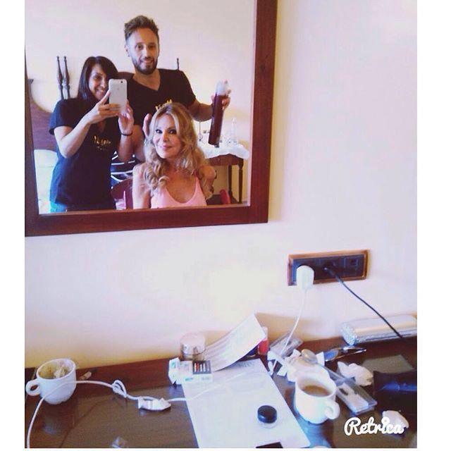 Toni, Vanesa y Ana Obregón inmortalizando ese momento en el que las manos de un estilista … http://ift.tt/1INHOQe