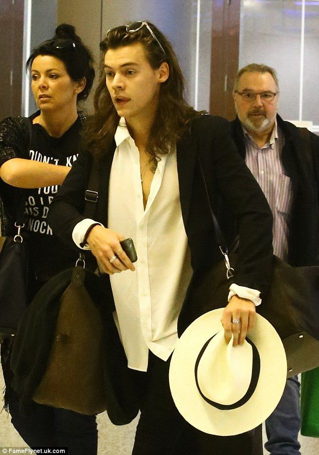 | ONE DIRECTION HARRY STYLES JETS OFF TO MIAMI WITH MUM ANNE COX | http://www.boybands.co.uk