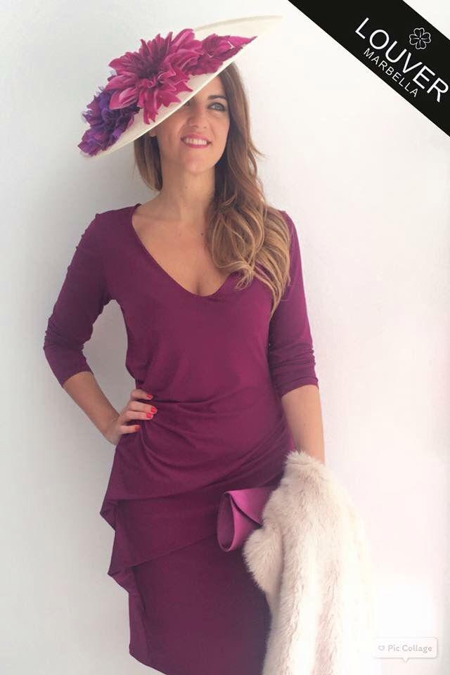 Buenas tardes chicas!!!  Hoy os proponemos un look elegante y sofisticado para bodas de día en otoño e invierno.  Vestido de escote en pico, drapeado en un lateral, en un color muy otoñal como es el granate.  Combinado con pamela decorada con flores en colores de la misma gama del vestido.   Completamos el look con estola en beige y cartera de mano.   Os gusta el resultado?  Disponible en nuestro Showroom