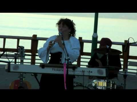 Insanely fast tin whistle tunes by Sandy Jasper and the Elf Song band. Red Wing and Soldiers Joy - YouTube
