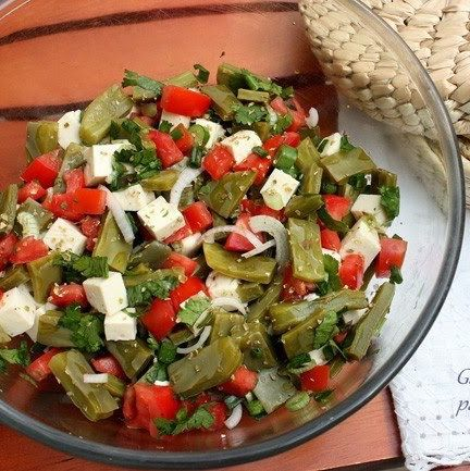 Ensalada de Nopalitos 6-8 nopalitos limpios, 1 cebollín 2 jitomates, queso panela, una ramita de cilantro, orégano y sal. 1)Se lavan y cortan los nopales. 2)Se coloca en un recipiente con agua y sal, (reposar media hora) y enjuagar. 3)Hervir con sal y un chorrito de vinagre. Escurrir. 4)Mezclar con los demás ingredientes.