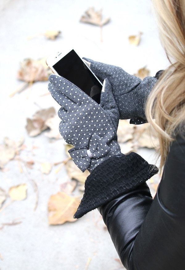 Dress your cute little hands in ultimate style this fall and winter with our amazing fleece lined touch screen gloves! Adorned with a stylish bow, they will complete your fashionista wardrobe! These h