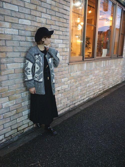 ベーシックカラーで冬を意識したコーデ。 カーディガン&ワンピースは当店で各¥756で購入。