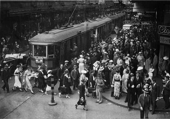 Christmas shoppers along Pitt Street,Sydney in 1935.