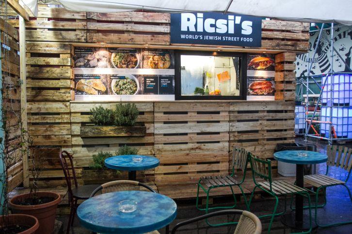 Azt hinnénk, a modern zsidó konyha a pastramin és a bagelen kívül nem tartogat olyan fogásokat, melyeket street food módra ehetnénk. Ricsi viszont rácáfolt erre.
