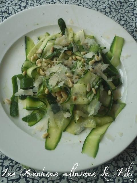 Les Aventures culinaires de Kiki: Salade de rubans de courgettes aux pignons et au parmesan