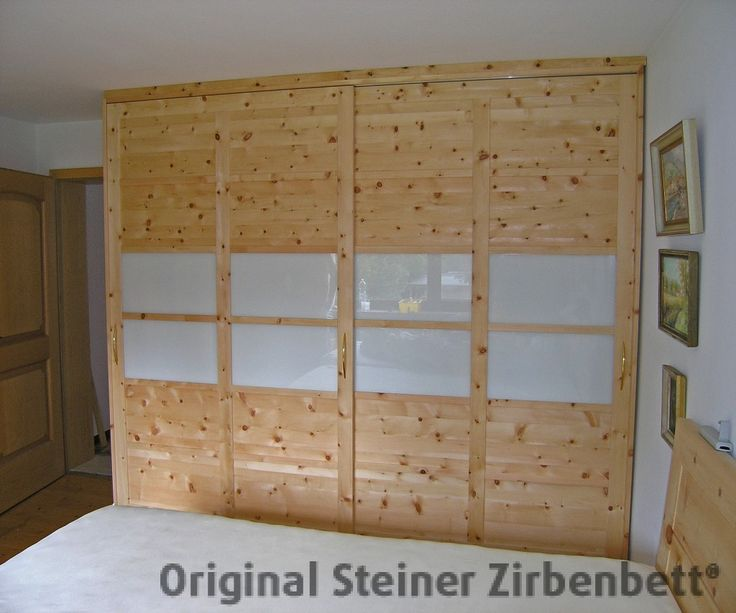 Zirbenholzschrank, Massivholz-Schrank mit Schiebetüren, Glaseinsatz