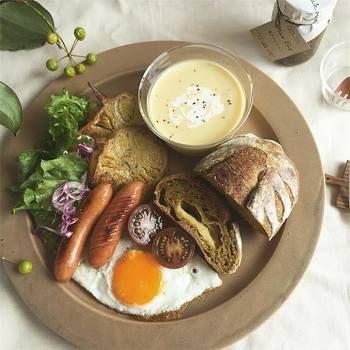 焼きたてのトーストに、新鮮野菜のサラダ、目玉焼きをのせて。手の込んだ料理ではなくても、おしゃれな雰囲気が演出できます。
