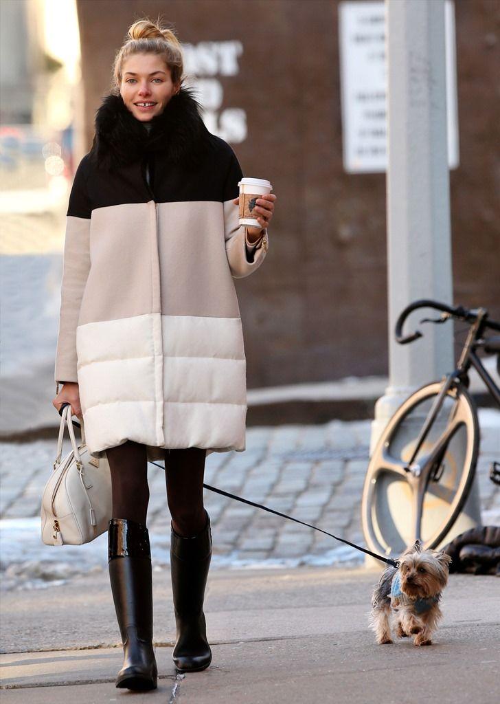 Jessica Hart: Το μοντέλο δείχνει σέξι ακόμα και μέσα στο oversized παλτό της, ενώ απολαμβάνει τη βόλτα της παρέα με ένα ζεστό καφέ και το σκυλάκι της.  http://www.peoplegreece.com/photo-gallery/kiriakatiki-volta-celebrities-ke-katikidia-pane-mazi/