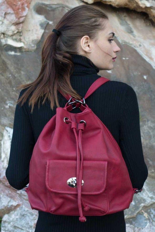 Backpack Μπορντό τσάντα πουγκί, με ρυθμιζόμενο λουράκι ώμου, εσωτερικές θήκες, σοουρώνει και κλείνει με clip. Μπορεί να φορεθεί και ως σακίδιο πλάτης! Μεγάλη χωρητικότητα! 25,00 €
