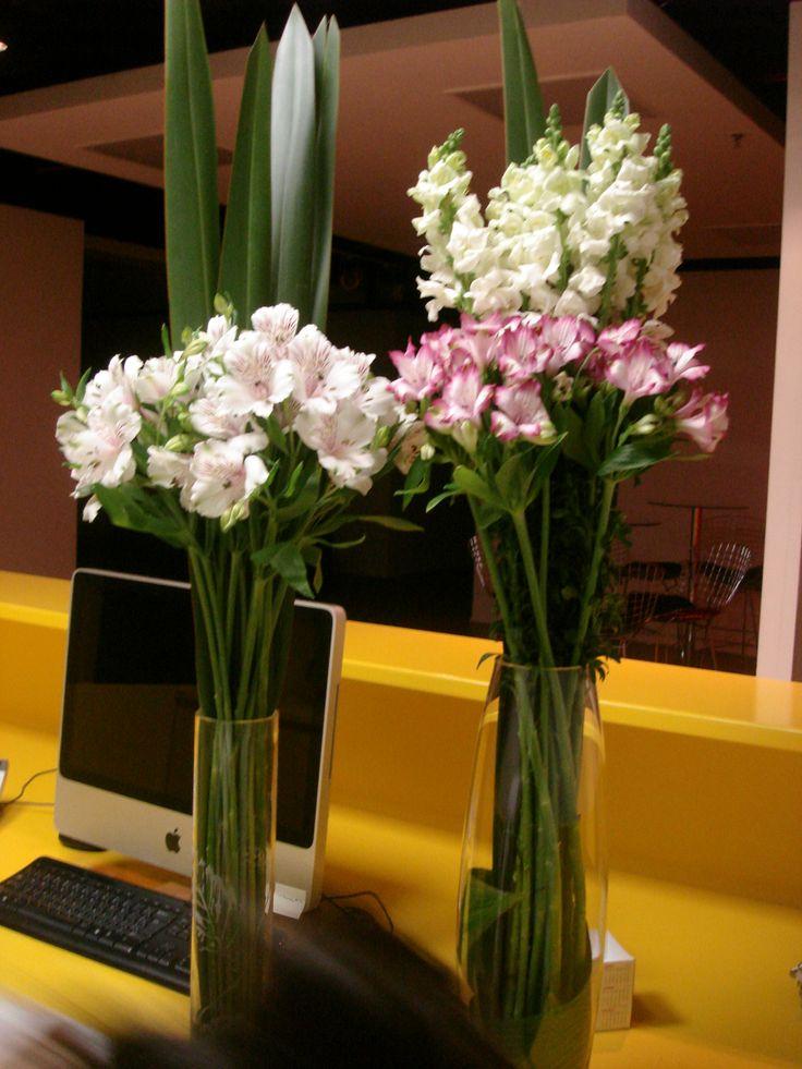 18- Astromélias brancas com folhagem e Astromélias mescladas de rosa com Boca de Leão branca e folhagem