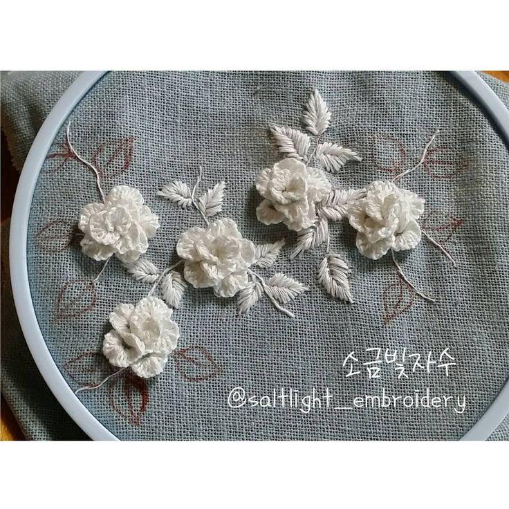 "387 Likes, 8 Comments - 소금빛 자수 saltlight embroidery (@saltlight_) on Instagram: ""연하늘빛 리넨에 흰 리넨실로 꽃 몇 송이 수놓았어요. #소금빛자수 #리넨자수실 #자수재료  #입체자수꽃나무열매 에 #자수기법 있어요. 밤에 불빛에 찍은 사진. #입체자수…"""