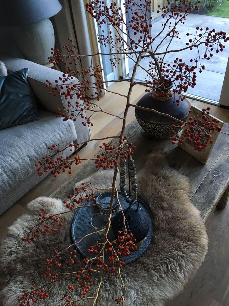 Sfeerinpressie bovenaf #landelijk wonen #herfsttak #home #gezelligwonen #houtentafel #wood
