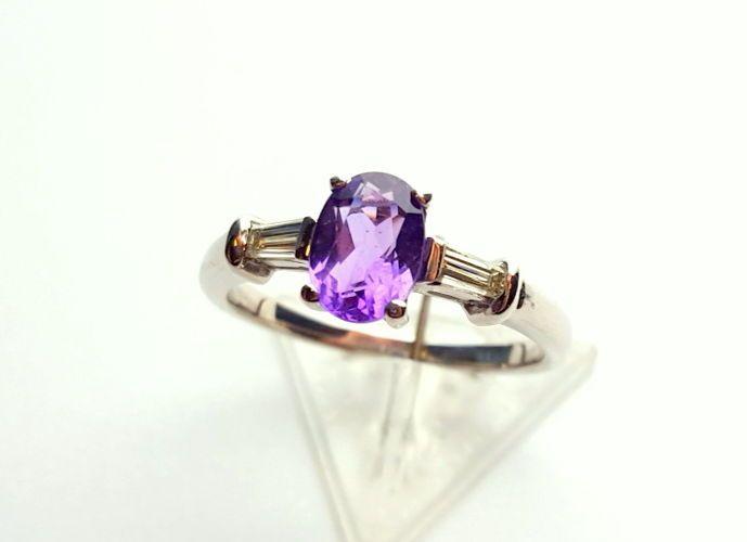 Pierścionek z białego złota z przepięknym, czystym, falsetowanym ametystem o masie 0,73 ct i dwiema bagietami diamentowymi o łącznej masie 0,21ct.  Pierścionek jest w rozmiarze 11 - możemy dopasować do dowolnego rozmiaru w ramach zakupu w ciągu 3 dni.