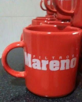 Calco vitrificable a un color de logo en blanco sobre taza roja para souvenir publicitario (foto cortesía de Alicia Agoglia).
