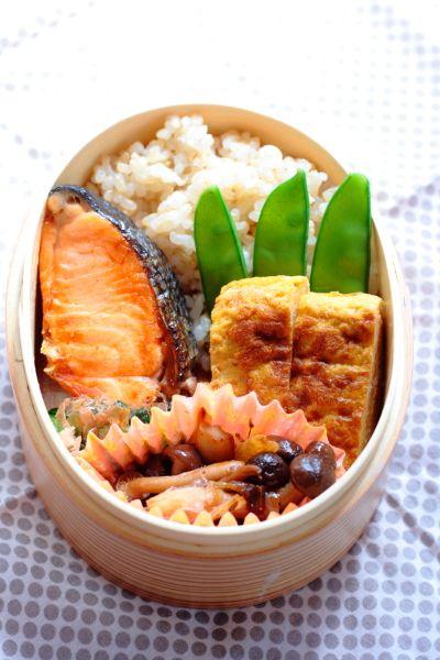 ・ 焼き鮭 ・ 卵焼き ・ サヤエンドウの塩茹で ・ きのこの麺つゆ炒め ・ ほうれん草のおひたし ・ 玄米