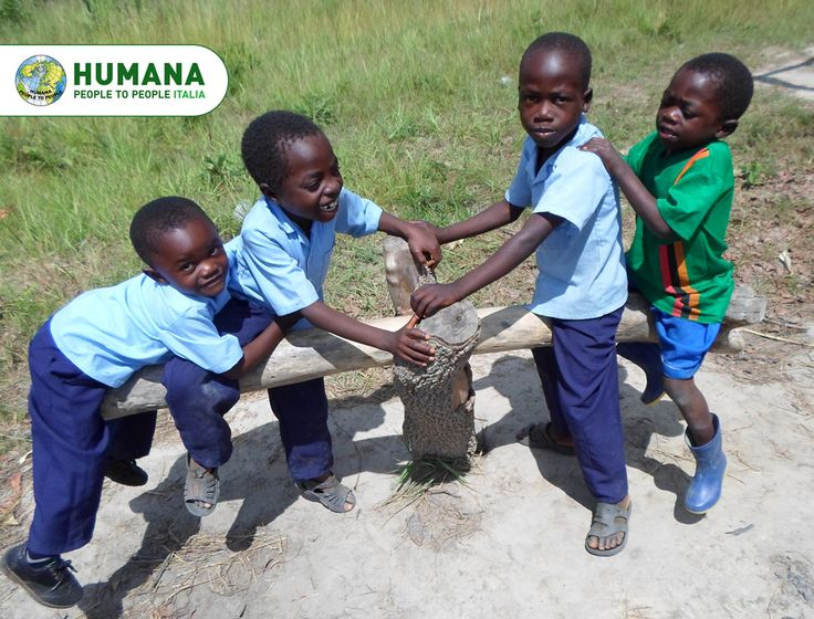 Presso il Centro di Accoglienza di Malambanyama in Zambia, i bambini fra i 5 e i 7 anni oltre a imparare a leggere e scrivere, sviluppano la loro creatività, la capacità di lavorare in gruppo e aumentano la fiducia in se stessi.  Pensa, in quale altro modo 82 centesimi possono fare così tanto? www.humanaitalia.it/adozioneadistanza/come-funziona.html  #sostegnoadistanza