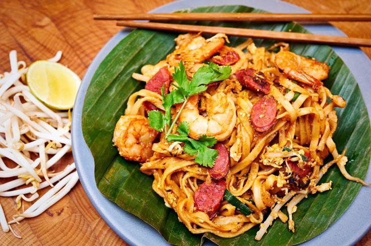 """Culy-lezer Rik, expert op het gebied van de Aziatische keuken en blogger vanPuur Eten, maakt regelmatig een bijzonder Aziatisch recept voor ons. Dit keer:Char koay Teow. Oftewel: noedels uit Maleisië. Rik: """"Door Anthony Bourdain's'No Reservations'was ik eind vorig jaar op het Maleisische eiland Penang beland. Ik schreef de namen op van de gerechten en plekken […]"""