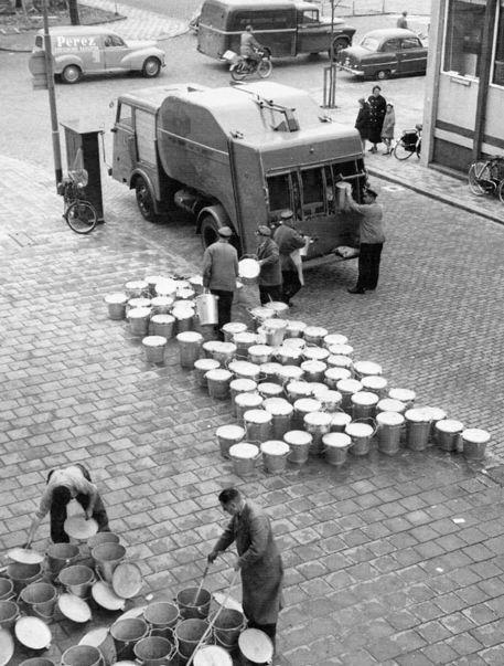1953. De zinkenvuilnisemmer werd vanaf 1953 in Rotterdam ingevoerd. Er waren voor die mensen die het zich konden veroorloven speciale vuilnisbakken schoonmakers, welke achter de vuilniswagen aan reden om de bakken met water schoon te maken. De bakken werden ondersteboven weggezet om uit te lekken en als teken dat ze waren schoongemaakt.