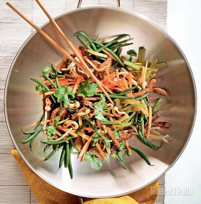 сковорода вок Говядина с овощами: Говядина + Кабачок + Стручковая фасоль + Морковь + Стебель сельдерея + Кешью + Кинза + Белый винный уксус