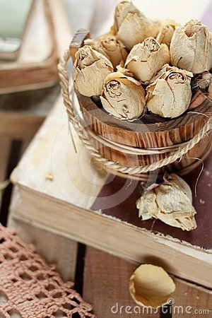 Droge bloemen en oude boeken in sjofele elegante stijl
