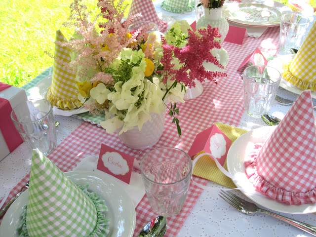 Mais uma dica de festa | COPY: Gingham Parties, Parties Hats, Birthday Parties, Tables Runners, Parties Ideas, Gingham Tables, Gingham Birthday, Teas Parties, Girls Parties