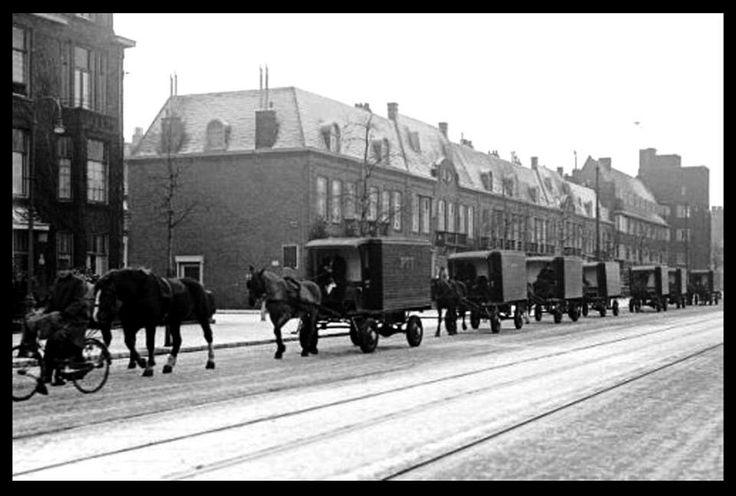 De PTT op reis. Vertrek vanaf de Hoofdweg Amsterdam van een aantal met paard bespannen postwagens van de A.O.M. om in Rotterdam hun PTT-diensten te doen. (Foto: ANP archief)