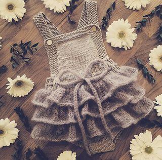 En søt romper/kjole med kapper som passer perfekt til spesielle anledninger som bryllup, dåp, bursdag eller fotografering, men også ellers. Den er strikket i en bomull/ull blanding, noe som gjør at den ikke blir for varm på varme dager og ikke for kald på kalde dager. Garnet gjør at det er mye strekk i plagget og dermed kan den passe lenge.