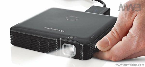 """La dittaBrookstone sta per lanciare sul mercato un proiettore portatile della dimensione di soli 10 Cm di lato, un altezza di 2Cm e un peso che di poco supera i 230 Grammi.    Si chiamerà:HDMI pocket projector, utilizza la tecnolologia DLP per la proiezione e come sorgente luminosa dei LED con una potenza sino a 85 ANSI lumen su unasuperficiedi 60""""."""