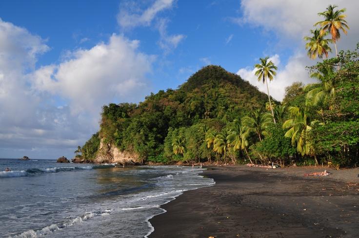 #Plage du #Carbet - Le Saviez-vous ? Les plages du Nord Caraïbes de la #Martinique sont toutes vêtues d'un #sable noir, fin et brillant !  © Gil Giuglio