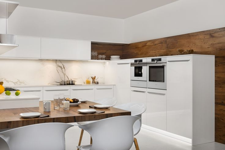 moderna kuchyna HANAK na mieru, biely lak doplneny vyraznou dyhou
