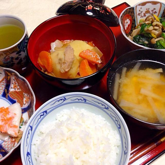 20150312夕食。前日富山出張。昨夜は空港土産のマス寿司と白海老の寿司。今朝はぶり寿司。そして今日の夕食は、やはり空港土産のかぶら寿司。肉じゃが。ほうれん草とシメジの柚子入り煮浸し。大根と油揚げの味噌汁。 - 4件のもぐもぐ - 富山土産のかぶら寿司他 by KeikoMorital9