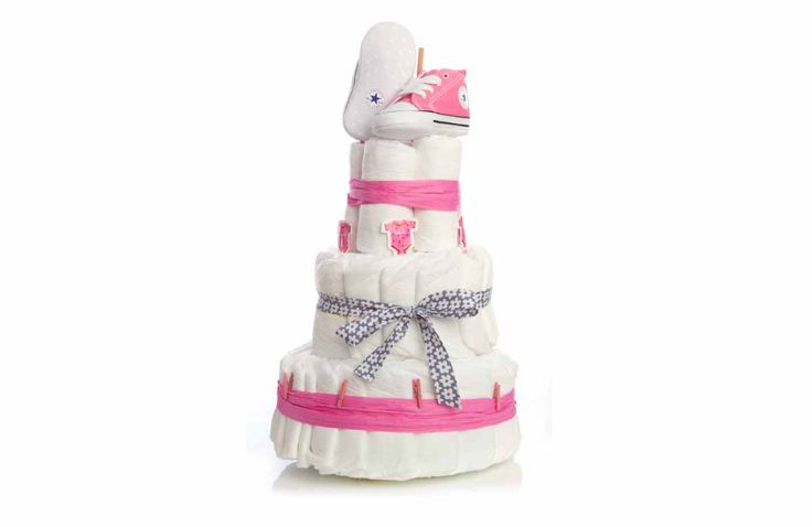 Hier kun je zeker mee op kraamvisite komen! Een mooie taart van 3 lagen met alleen maar luiers, en als kers op de taart ook nog een paar favoriete baby Converse sneakertjes.