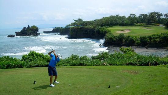 Бали предлагает три собственных 18-луночных поля для гольфа и курсы его обучению, располагающихся в Нуса Дуа, Танах Лот и в Бедугале, горной местности острова Бали. На территории отеля Гранд Бич Бали туристы могут найти 9-лунковое поле для гольфа и также воспользоваться курсами обучения этому виду спорта.
