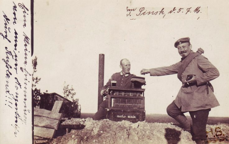 Soldat ravi devant cette boite à musique. On observera le port d'un couteau de tranchée à son ceinturon.
