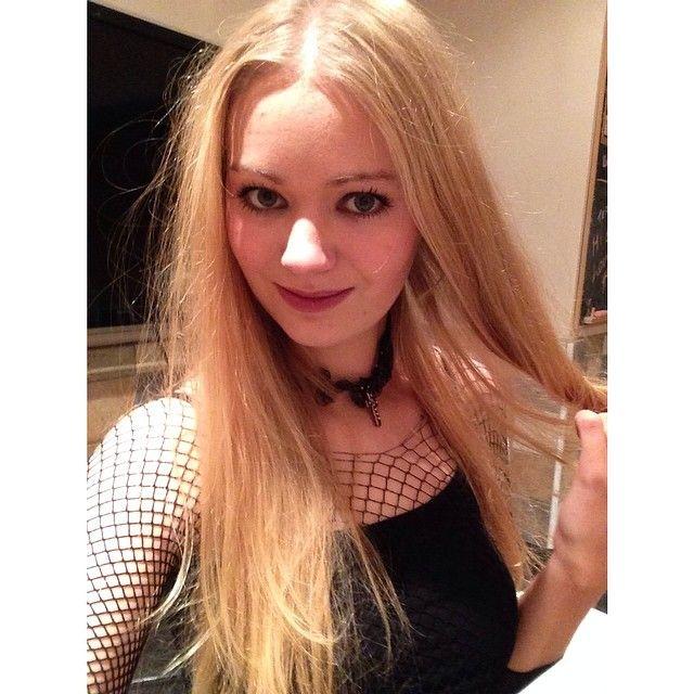 Goth chic @rachel.burgess  #blonde #girl #selfie #goth #ootd #choker #redlips #tightsastops