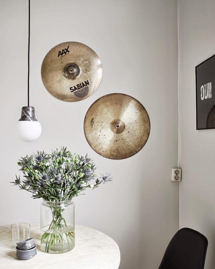 Para os amantes de música: Pratos da bateria como quadros na parede!  Simplesmente AMEI a ideia! #ahlaemcasa #amantesdemusica #música #pratosdebateria #musicanadecor #façavocêmesmo