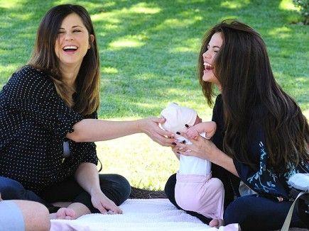 """Selena dio la bienvenida a su hermanita pequeña Gracie Elliott el pasado mes y ya adora su nuevo papel. La revista People le preguntó a Selena qué tal lleva lo de ser la hermana mayor y cuál ha sido su momento más feliz desde que lo es: """"Probablemente fue la pasada noche. Soy relativamente nueva en lo de ser hermana pero es lo mejor. Mi momento más feliz es llegar a casa y verla después de haber estado trabajando"""". Pero aunque es la hermana mayor y ya es mayor de edad, Sel todavía"""