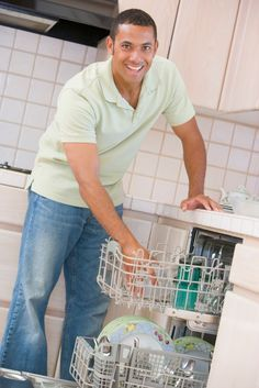 De vaatwasser schoonmaken komt misschien niet meteen in je hoofd op wanneer je aan huishouden denkt, maar een vaatwasser die elke dag gebruikt wordt, moet toch echt af en toe gereinigd worden. Kalkaanslag, etensresten en vet kunnen de filters van je vaatwasser namelijk doen verstoppen en de werking ervan danig verminderen. Vieze geurtjes en een